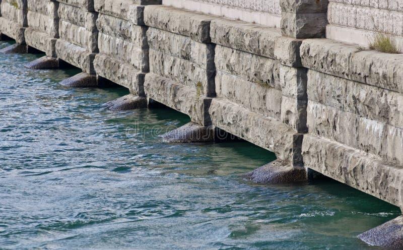 Foto van een mooie grijze bank van een rivier stock foto's