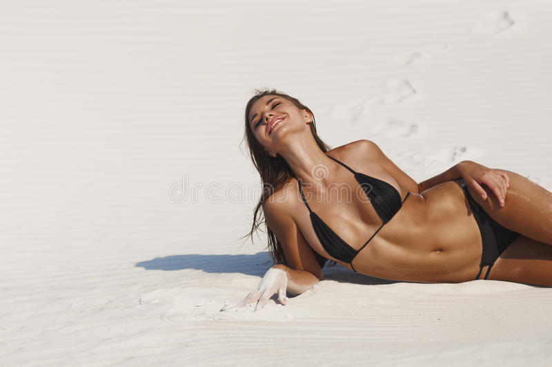 Foto van een mooie vrouw op het strand stock foto