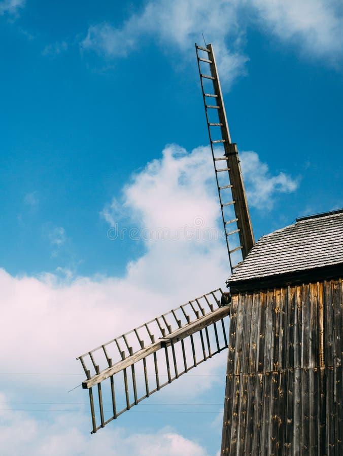 Foto van een oude houten molen stock afbeeldingen