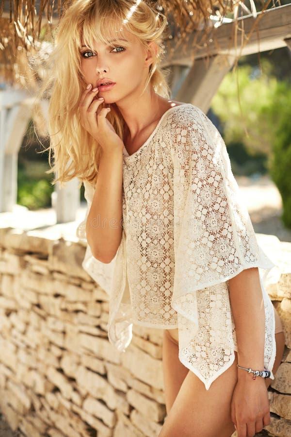 Foto van een sensueel blond meisje met rechtstreeks lang haar royalty-vrije stock afbeelding