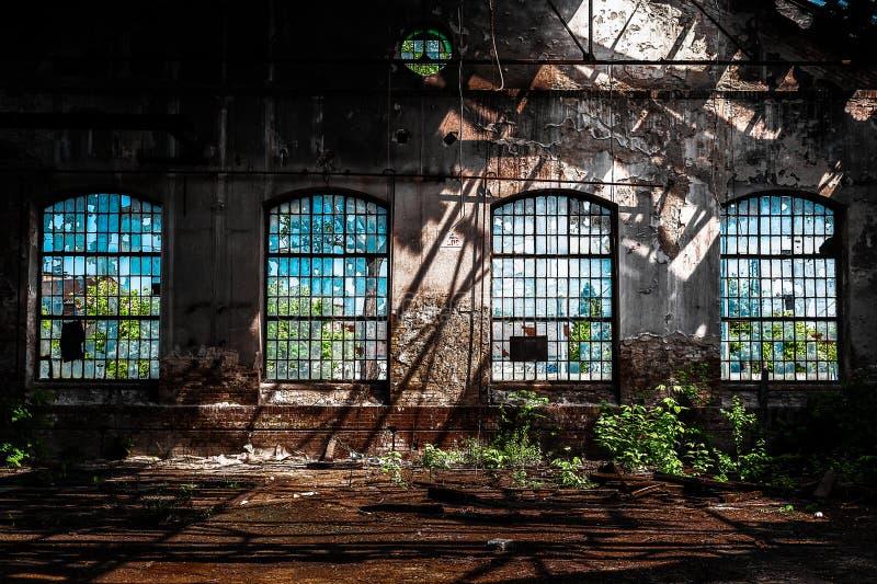 Foto van een Verlaten industrieel binnenland met helder licht stock foto