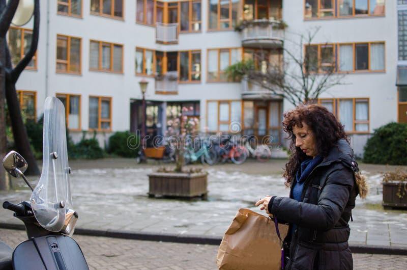 Foto van een vrouw in de straten van Amsterdam royalty-vrije stock foto