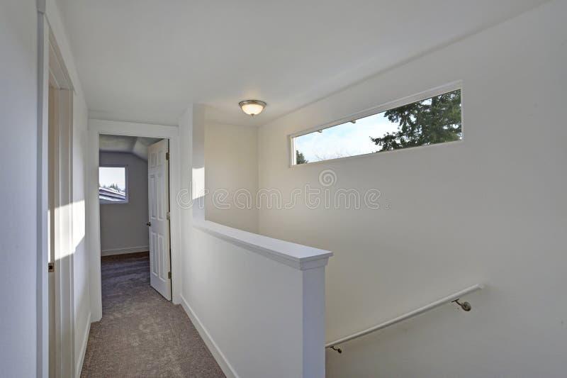 Foto van een Witte gang met een trap stock fotografie