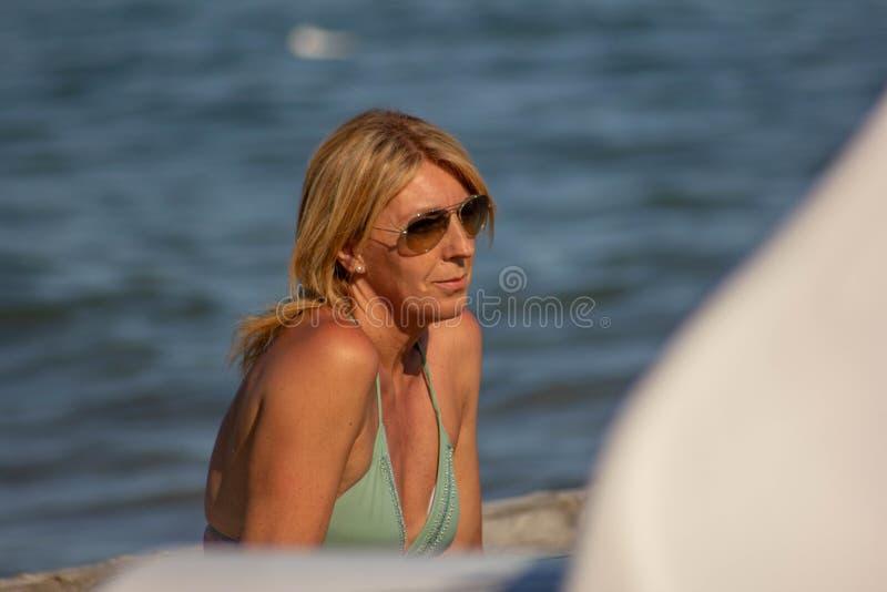 foto van een woman& x27; s op zee gezicht, rijpe vrouw, blonde over zeer jonge vijftig stock foto