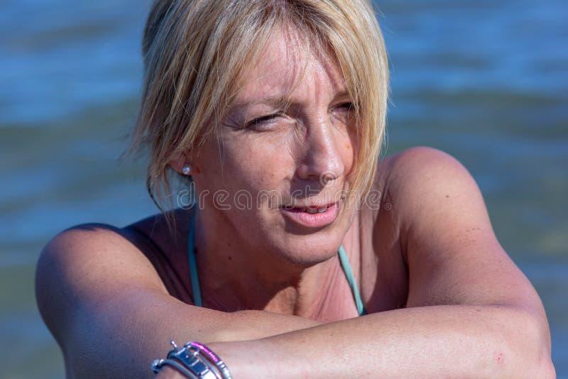 foto van een woman& x27; s op zee gezicht, rijpe vrouw, blonde over zeer jonge vijftig stock afbeelding