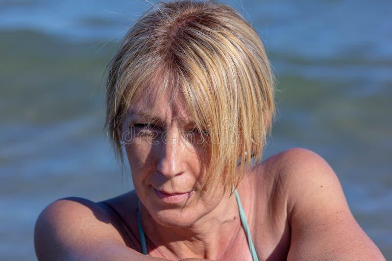 foto van een woman& x27; s op zee gezicht, rijpe vrouw, blonde over zeer jonge vijftig royalty-vrije stock foto