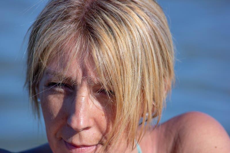 foto van een woman& x27; s op zee gezicht, rijpe vrouw, blonde over zeer jonge vijftig royalty-vrije stock afbeelding