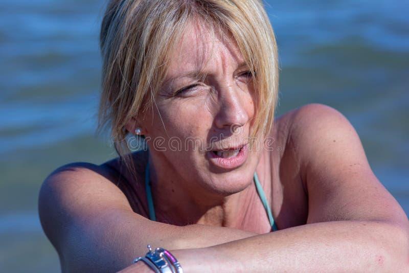 foto van een woman& x27; s op zee gezicht, rijpe vrouw, blonde over zeer jonge vijftig royalty-vrije stock fotografie