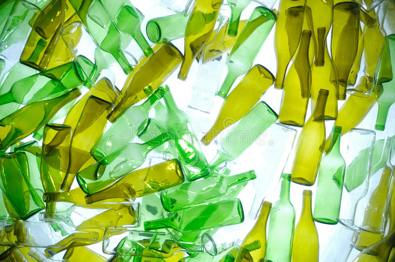 Foto van flessen in een recycling royalty-vrije illustratie