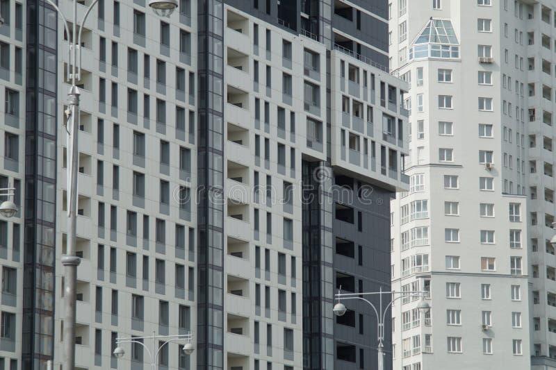 Foto van fragmenten van nieuwe gebouwen op de straat Tatishchev stock afbeelding