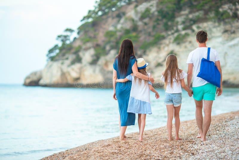 Foto van Gelukkige Familie die Pret op het Strand hebben De zomerlevensstijl stock afbeeldingen