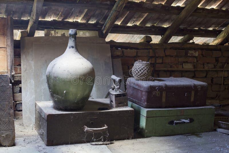Foto van glas, houten en metaalvoorwerpen in de zolder stock foto
