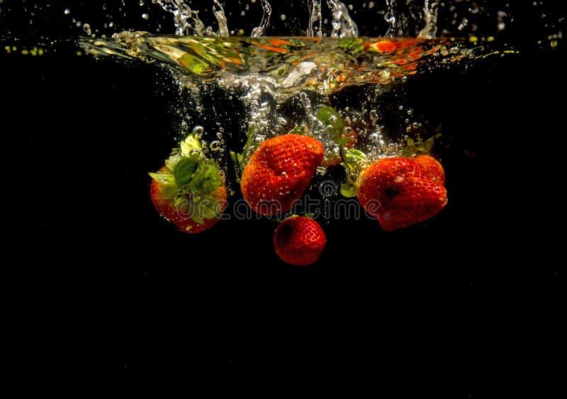 Foto van groenten onder water worden gelaten vallen dat royalty-vrije stock afbeeldingen