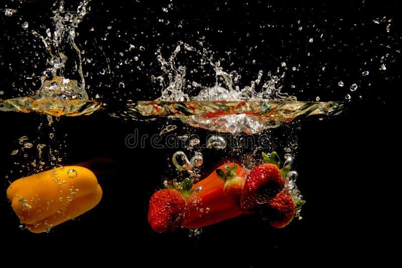 Foto van groenten onder water worden gelaten vallen dat stock fotografie