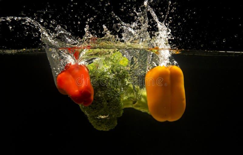 Foto van groenten onder water worden gelaten vallen dat stock afbeelding