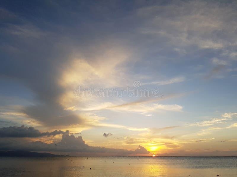 Foto van hemel en overzeese kust bij zonsondergang royalty-vrije stock afbeeldingen