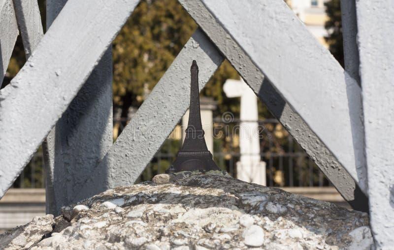 Foto van het de Toren de minibeeldhouwwerk van Eiffel: Uzhhorod, de Oekraïne - April 2, 2017 stock foto