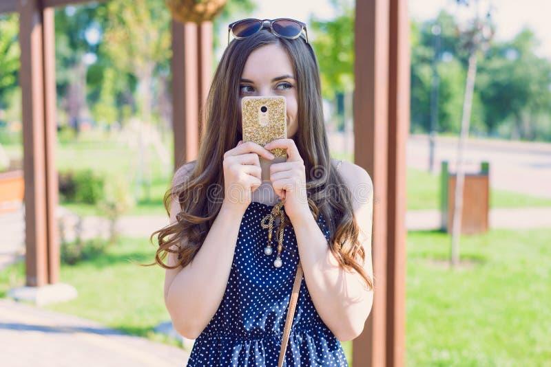 Foto van het lachen het grappige funky nadenken denkend over haar telefoon van de plan de peinzende geinteresseerde modelholding  royalty-vrije stock foto's