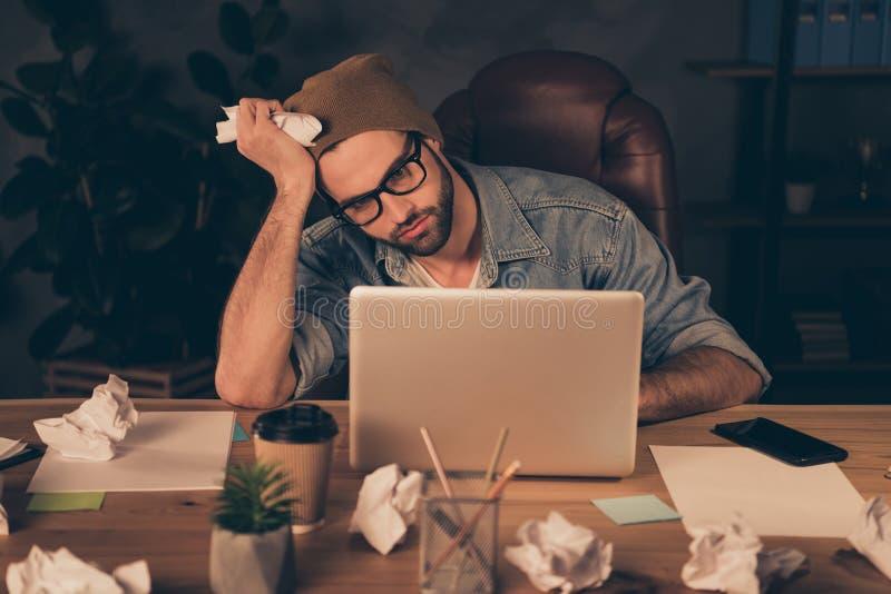 Foto van het nadenkende manager schijnen dat van wat moet worden vermoeid hij binnen en het denken aan beroepsverandering deelnee royalty-vrije stock afbeeldingen