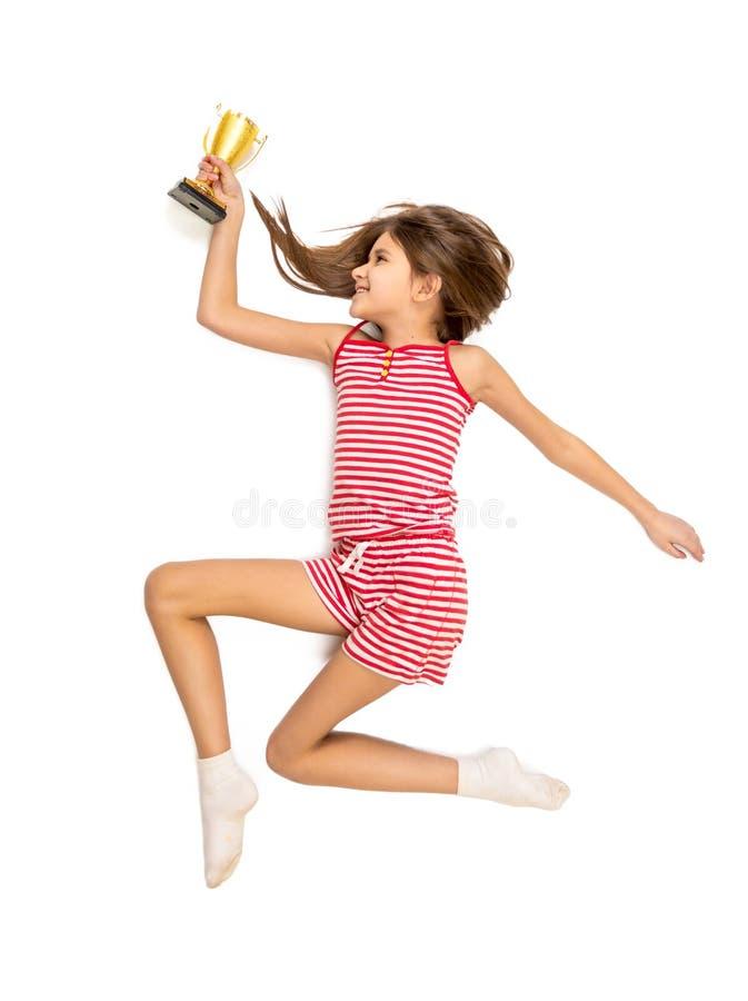 Foto van hoog punt van het gelukkige actieve meisje lopen met trofee c royalty-vrije stock foto's