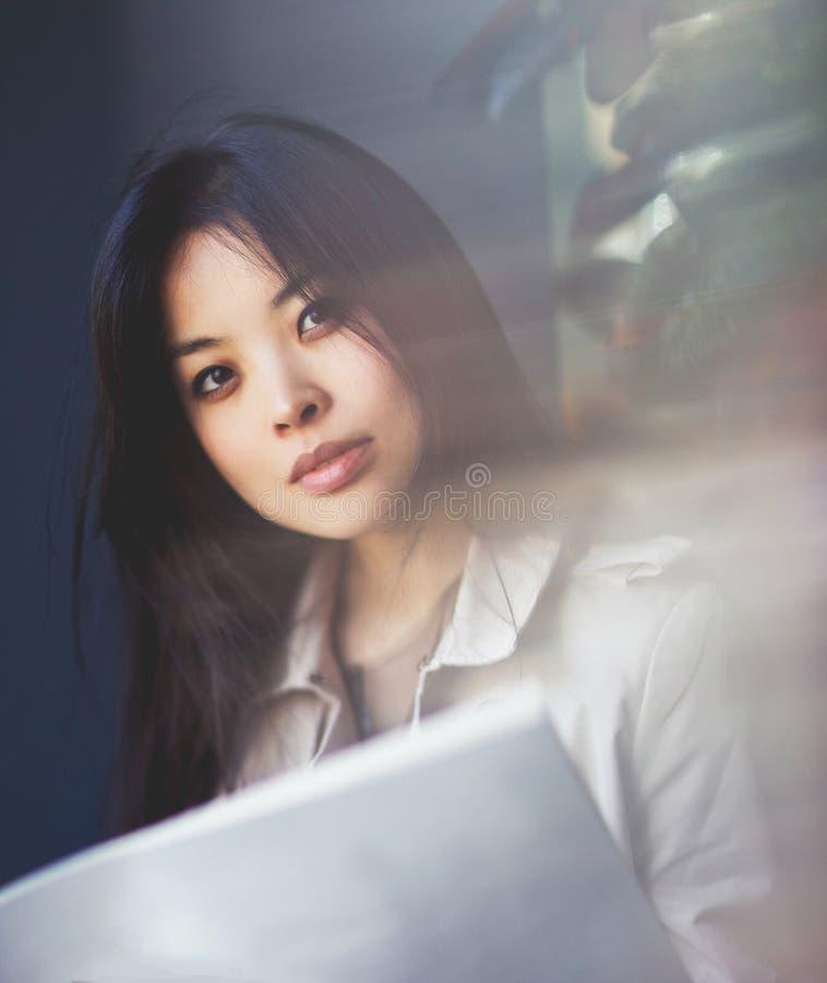 Foto van jong brunette met tijdschrift stock afbeeldingen