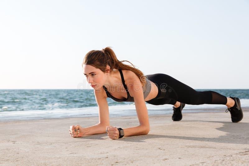 Foto van jonge vrij vrouwelijke atleet in sportslijtage die zich in a bevinden stock foto
