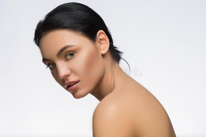 Foto van jonge vrouw met schoonheids lang haar Manier en model zijaanzichtportret Kuuroord stock afbeelding