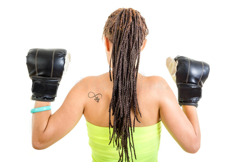 Foto van jonge vrouw van achter het tonen van zwart bokshandschoenenverstand royalty-vrije stock afbeeldingen