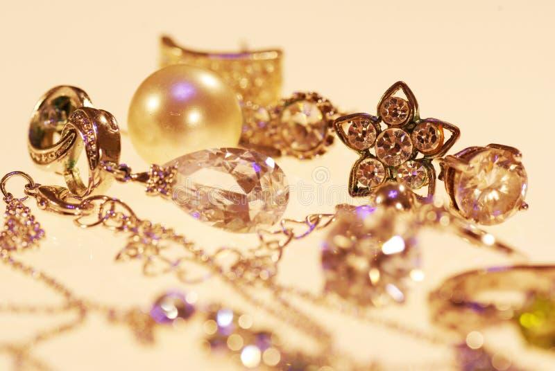 Foto van juwelenoorringen en kettingen royalty-vrije stock afbeeldingen