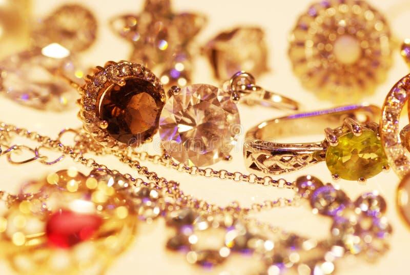 Foto van juwelenringen en kettingen stock afbeeldingen