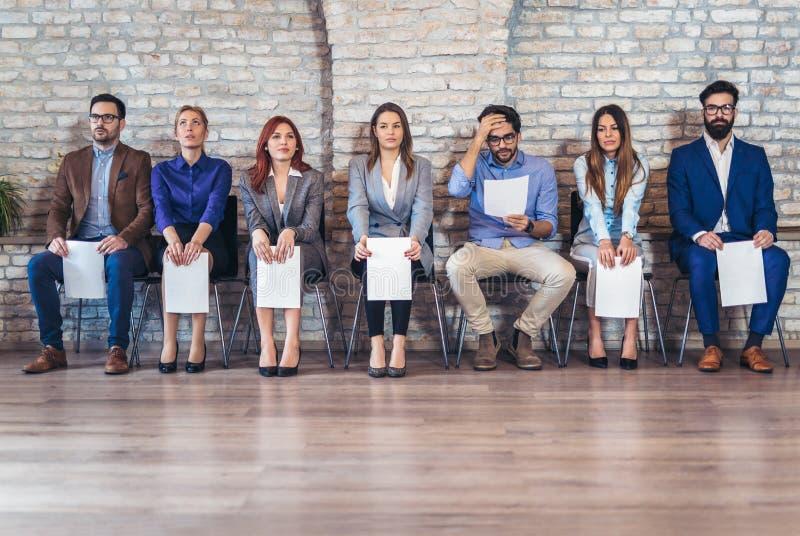 Foto van kandidaten die op een baangesprek wachten stock foto's