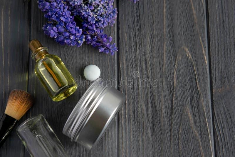 Foto van kosmetische borstels, room, natuurlijke olia op een houten achtergrond met ruimte voor copispeys Schoonheidsachtergrond  royalty-vrije stock foto