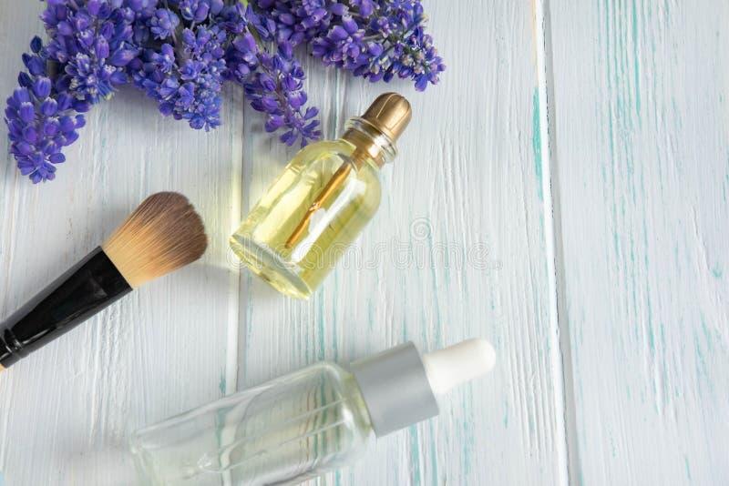 Foto van kosmetische borstels, room, natuurlijke olia op een houten achtergrond met ruimte voor copispeys Schoonheidsachtergrond  stock afbeelding