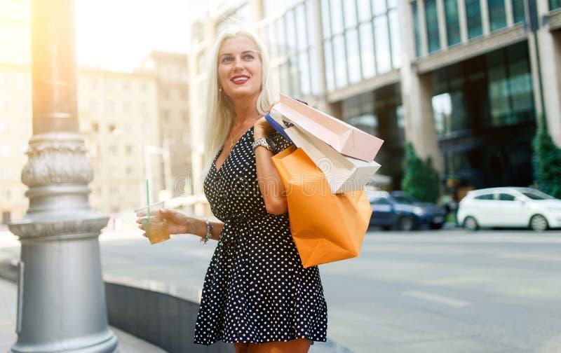 Foto van meisje bij het winkelen royalty-vrije stock afbeeldingen