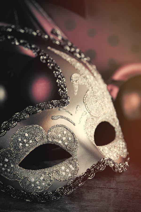 Foto van mooi maskerademasker op de prachtige bruine studio stock fotografie