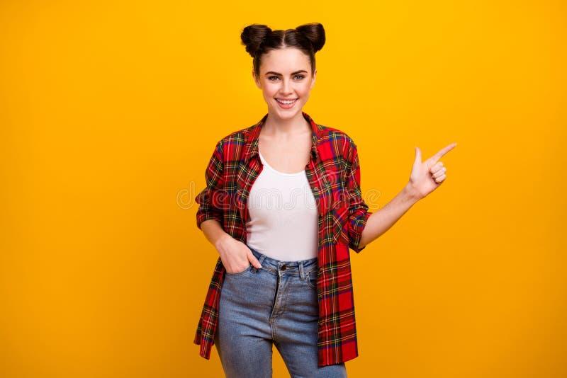 Foto van mooie brunette studentenvrouw tiener good mood Directing side lege ruimte adviseert over nieuwe productkleding stock foto