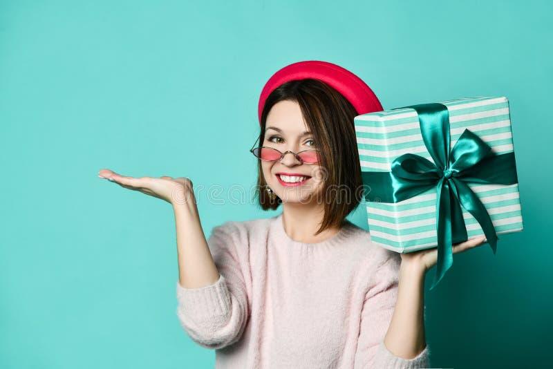 Foto van mooie vrouw in vilten hoed die huidige giftdoos houden royalty-vrije stock fotografie