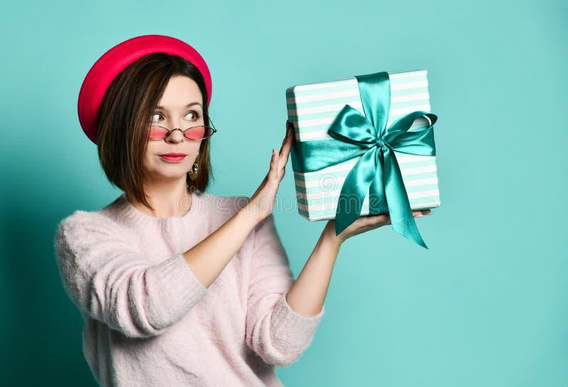 Foto van mooie vrouw in vilten hoed die huidige giftdoos houden royalty-vrije stock afbeeldingen