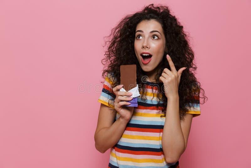 Foto van mooie vrouwenjaren '20 met de krullende chocoladereep van de haarholding, royalty-vrije stock afbeelding
