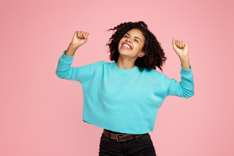 Foto van opgewekte het gillen Afrikaanse Amerikaanse jonge vrouw status over roze achtergrond stock foto's