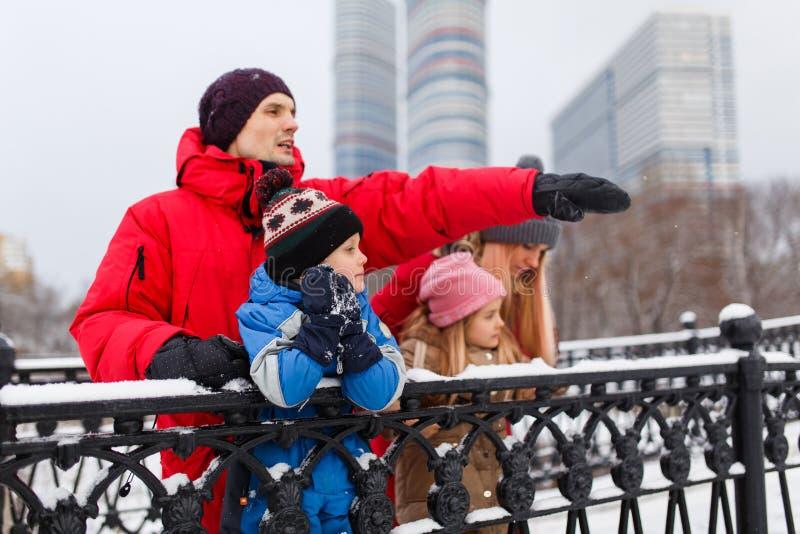 Foto van ouders met kinderen op de wintergang stock afbeelding