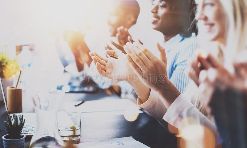 Foto van partners die handen na bedrijfsseminarie slaan Professioneel onderwijs, het werkvergadering, presentatie of het trainen royalty-vrije stock afbeeldingen