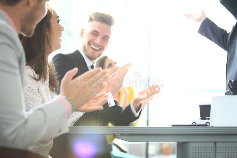 Foto van partners die handen na bedrijfsseminarie slaan Professioneel onderwijs, het werkvergadering, presentatie of het trainen royalty-vrije stock afbeelding