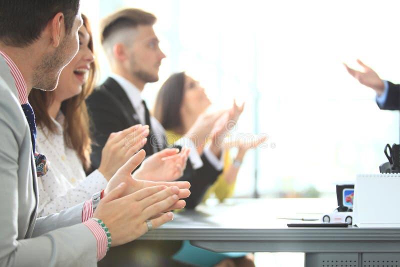 Foto van partners die handen na bedrijfsseminarie slaan Professioneel onderwijs, het werkvergadering, presentatie of het trainen stock foto's