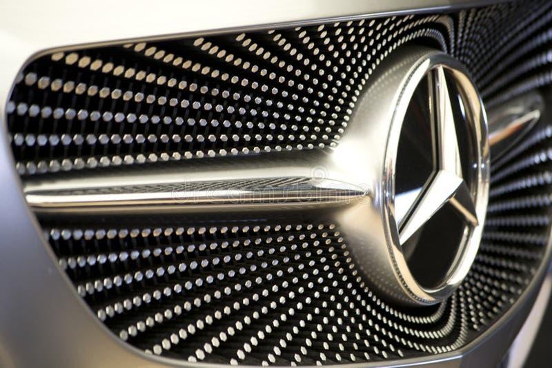 Foto van patroon bij Mercedes-de voorgrill van de conceptenauto De zilveren zeshoeken leiden tot een sterrig hemelmotief royalty-vrije stock afbeeldingen