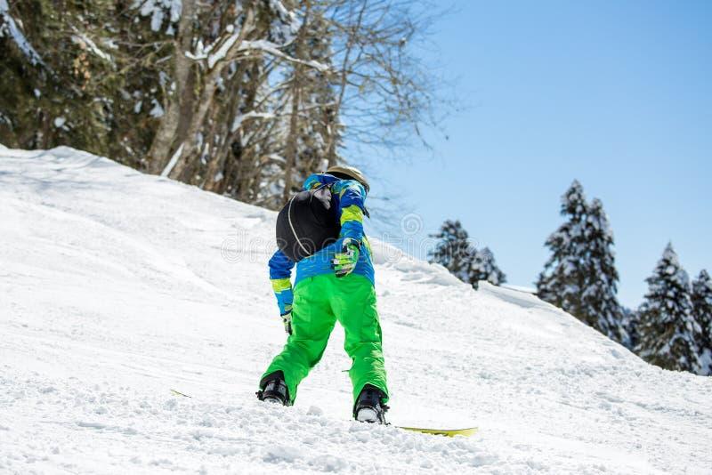 Foto van personenvervoer snowboard van sneeuwheuvel royalty-vrije stock foto