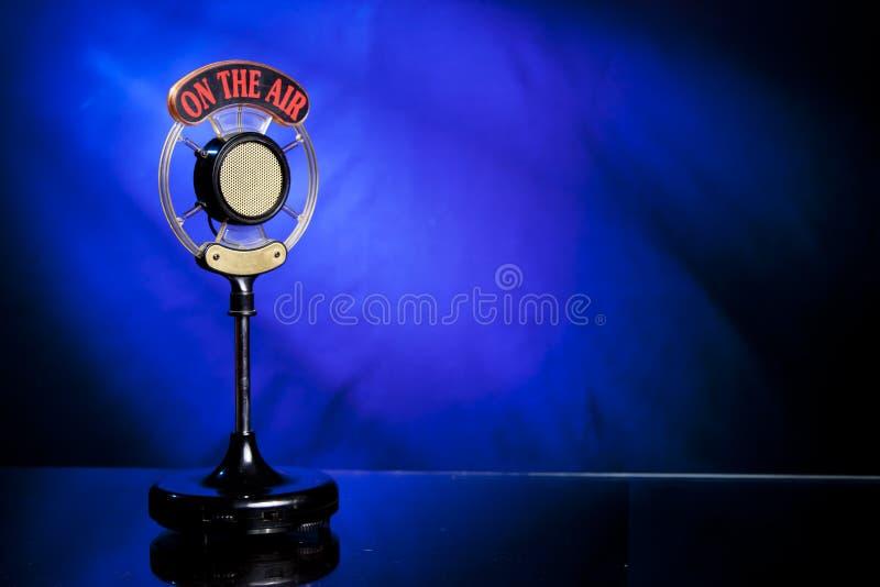 Foto van radiomicrofoon op blauwe achtergrond stock afbeelding