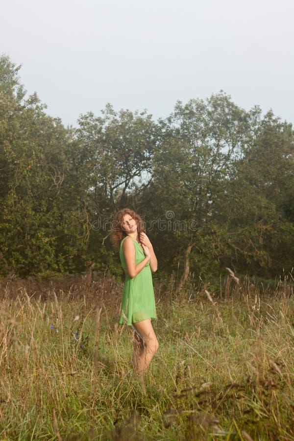 Foto van romantische vrouw in feebos. royalty-vrije stock foto