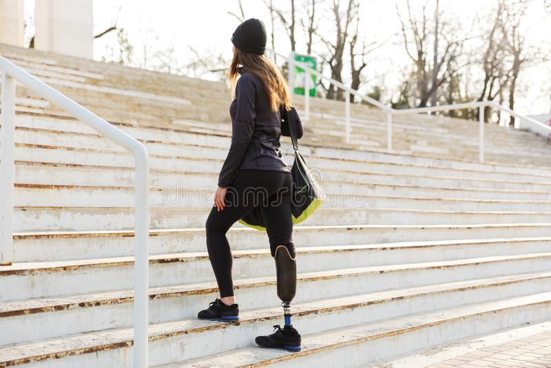 Foto van rug van jong atletisch gehandicapt meisje met prothetisch royalty-vrije stock fotografie