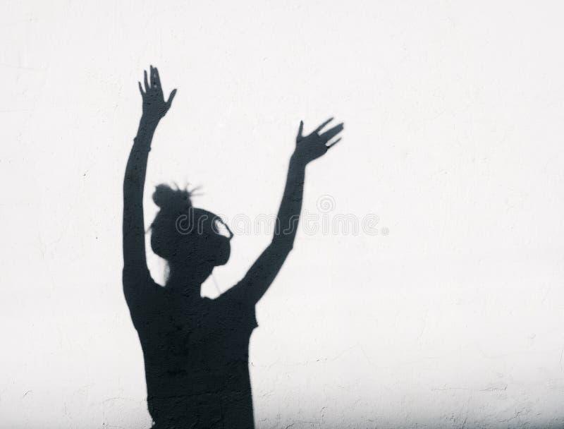 Foto van schaduwen van de vrouw van DJ met hoofdtelefoons stock afbeeldingen